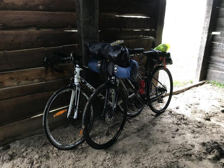 Twee fietsen in een stalling