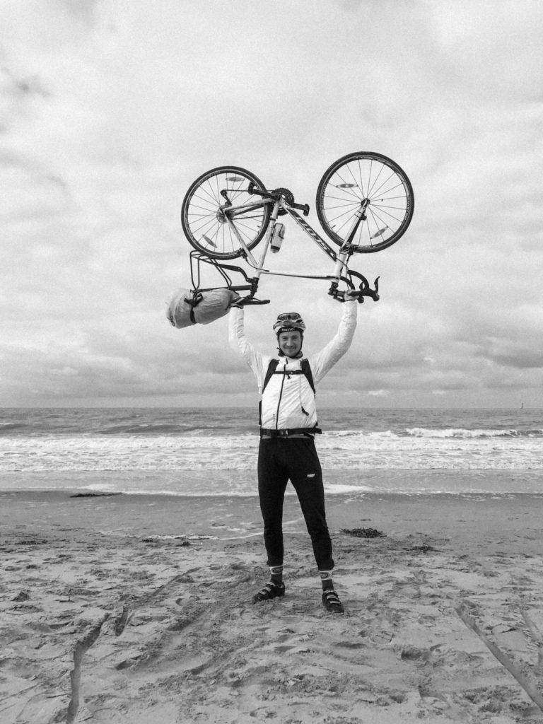 Overwinning, fietser houdt zijn fiets in de lucht!