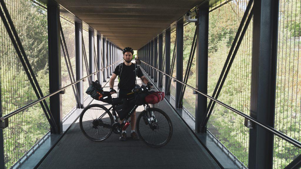 Fietser op een brug