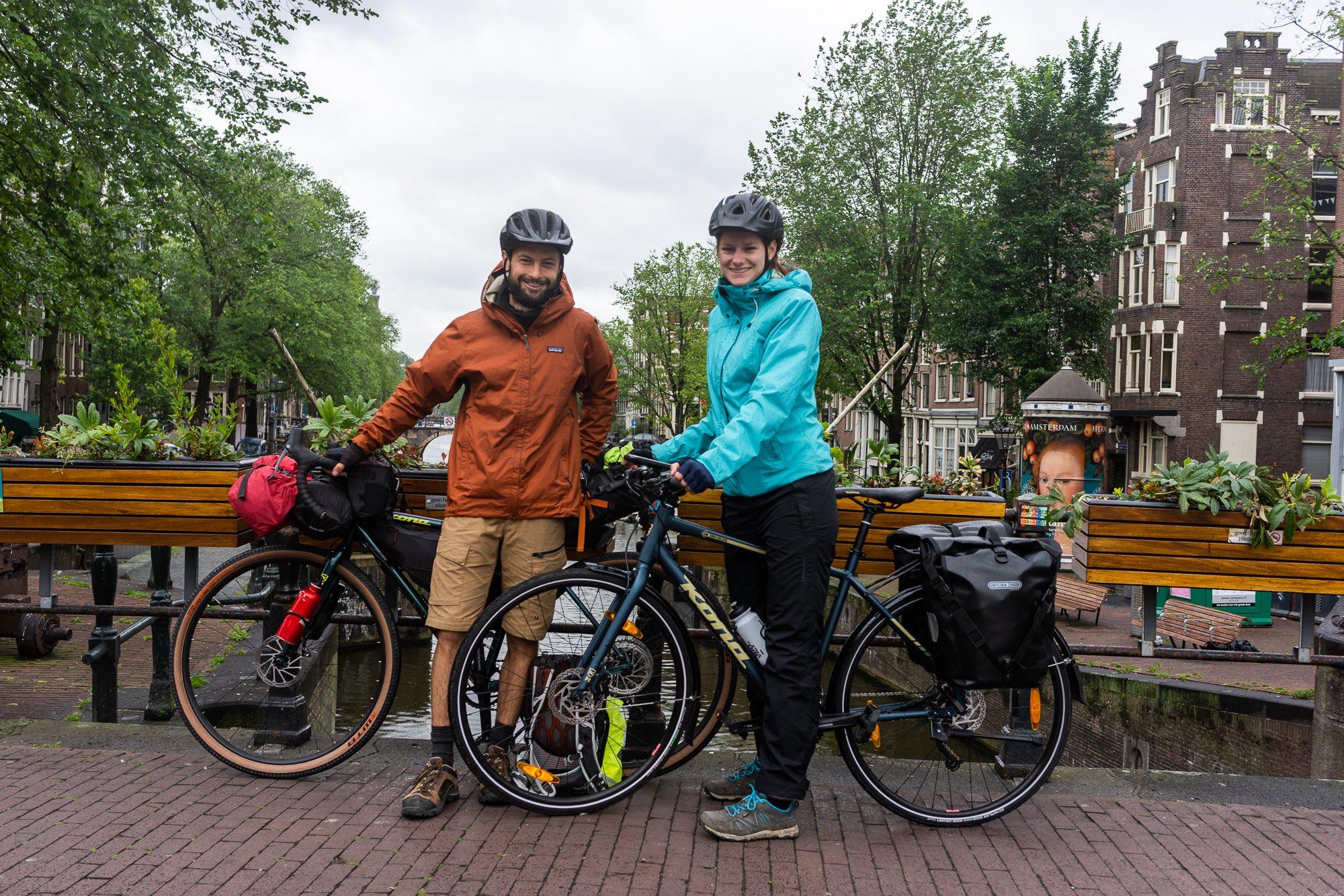 Twee fietsers op een brug in Amsterdam