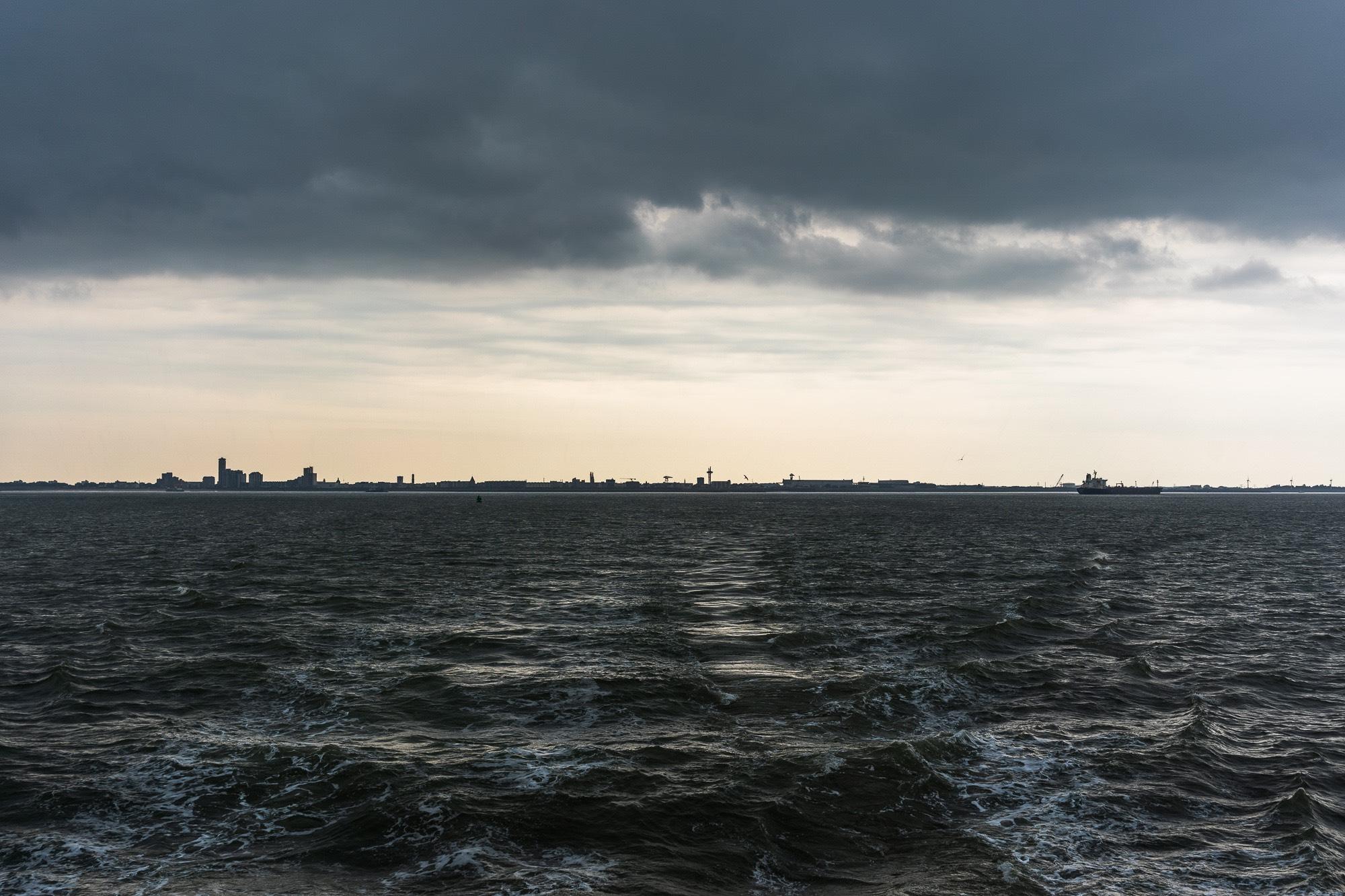 Onweerachtig weer vanuit de ferry