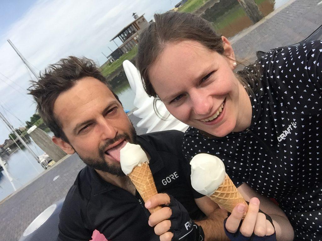 Koppel eet ijsje in Zierikzee