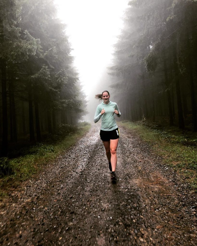 Loopster loopt in een mistig boslandschap