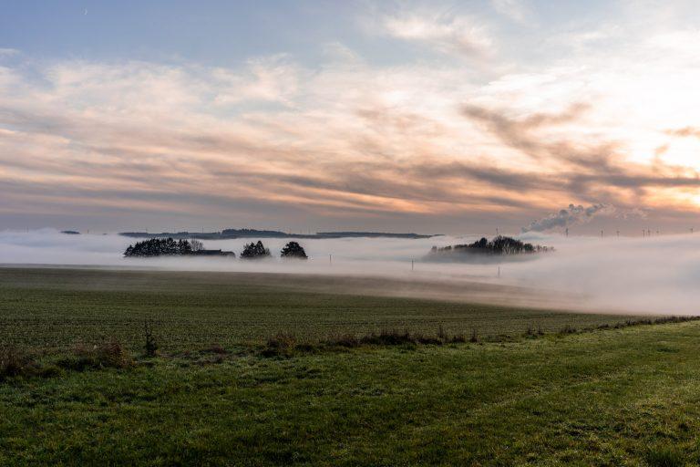 Mist over de vallei van de Lesse