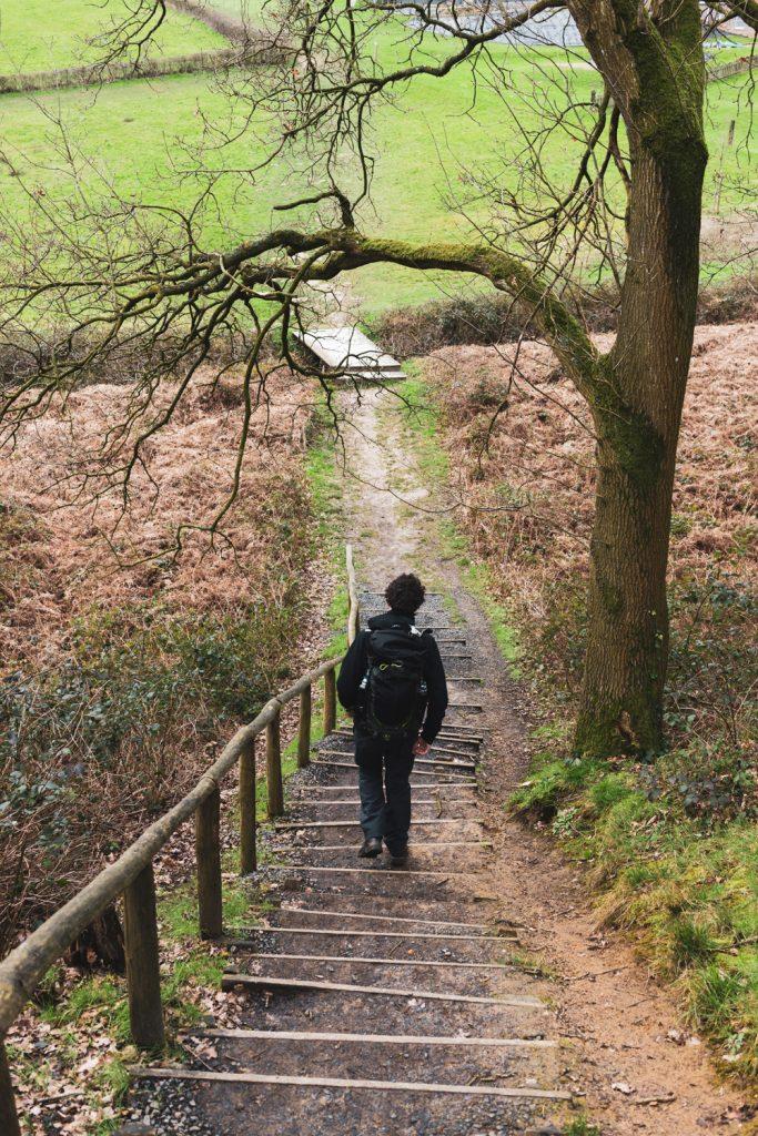 Wandelaar wandelt trappen af