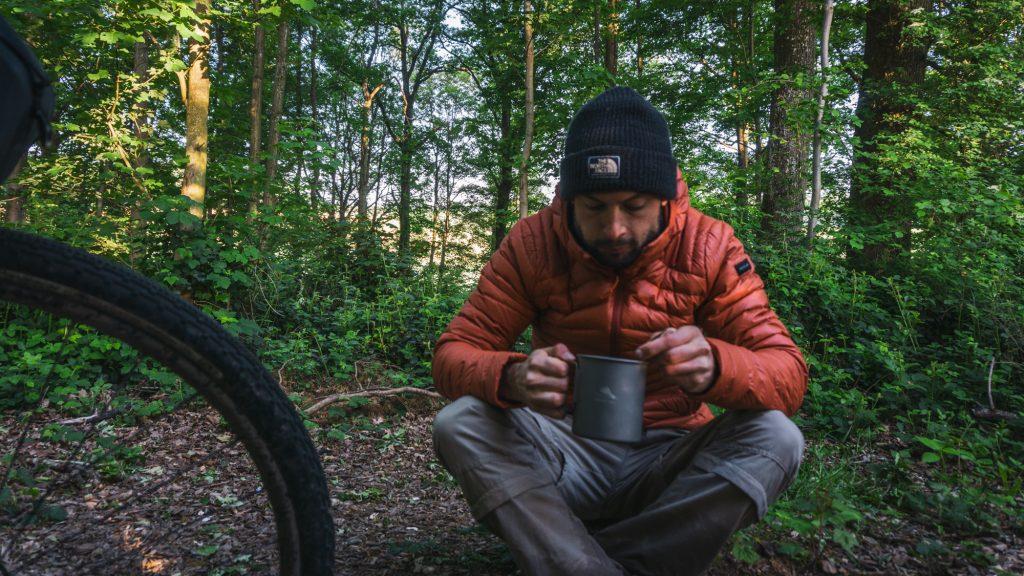 Man ontbijt in het wild