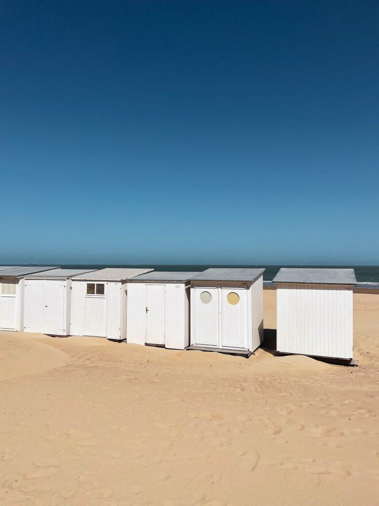 Typische witte strandcabines van Knokke-le-Zoute
