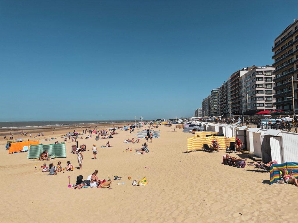 Druk strand aan Belgische kust