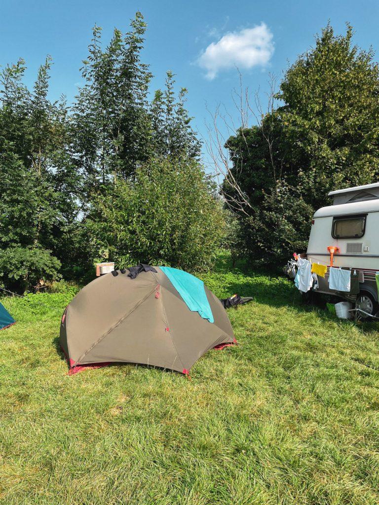 Tent op grasveld van boerderij